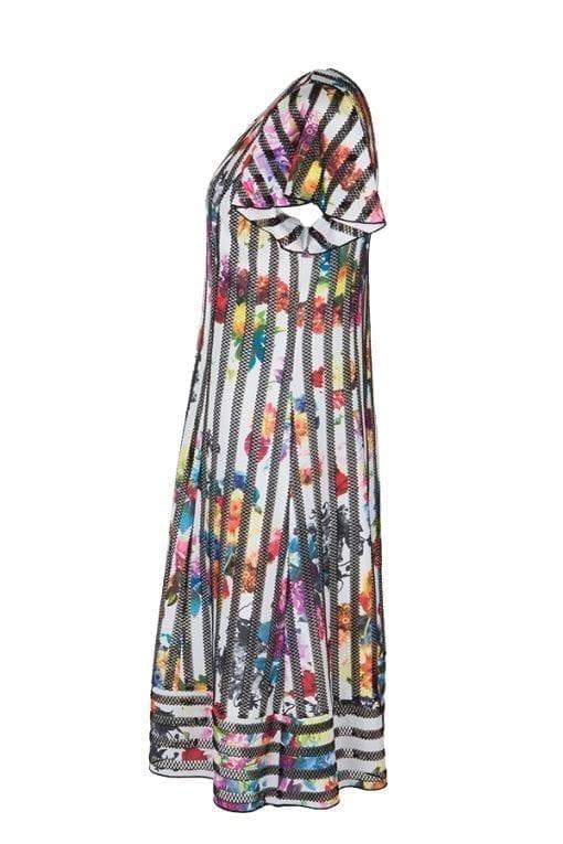 Kriss Klänning Cinn, en Smickrande klänning där hålmönstrad svart rand möter multifärgade blommor på en naturvit botten.