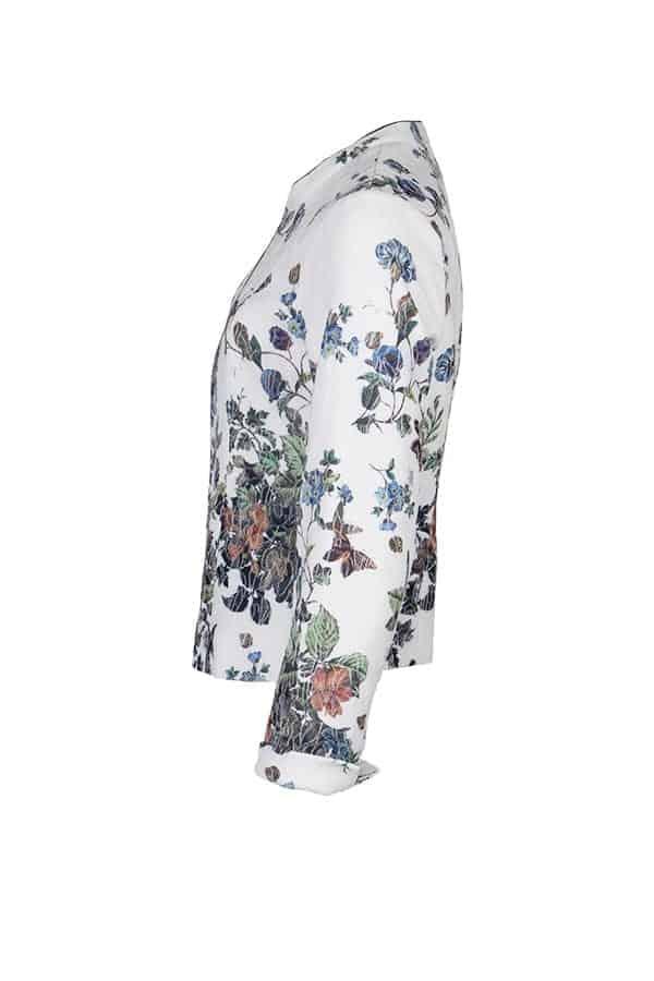 Kriss Jacka Niconicio | Stretchig jacka med vackert blomprint samt struktur i tyget och insvängd i midjan, den stängs med dragkedja. Modenyheter på KRISS