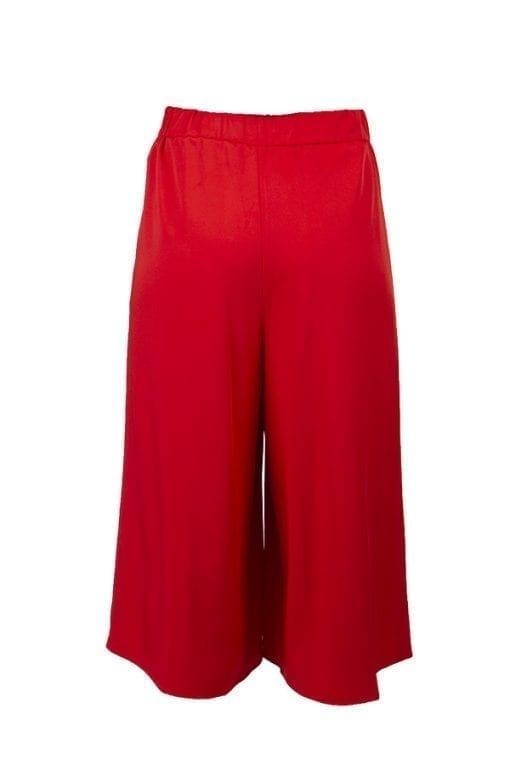 Kriss Byxa Asta | Röd byxkjol med ett snyggt motveck mitt fram. Blixtlås och ficka i sidsömmen. Bred linning i midjan fram, resår bak.