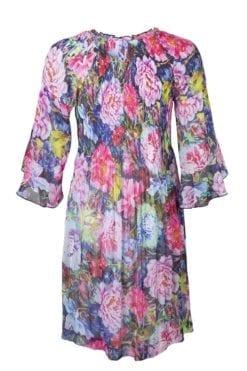 Kriss Klänning Amelie | Krinklad klänning med foder i tunn och skön kvalitet med vackert blomprint. V-formad halsringning.