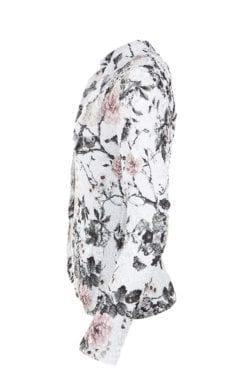 Krinklad kavaj i sobra färgerna svart och rosa på en vit blank, botten. Modellen är något kortare och har en krage med slag samt hellång ärm.