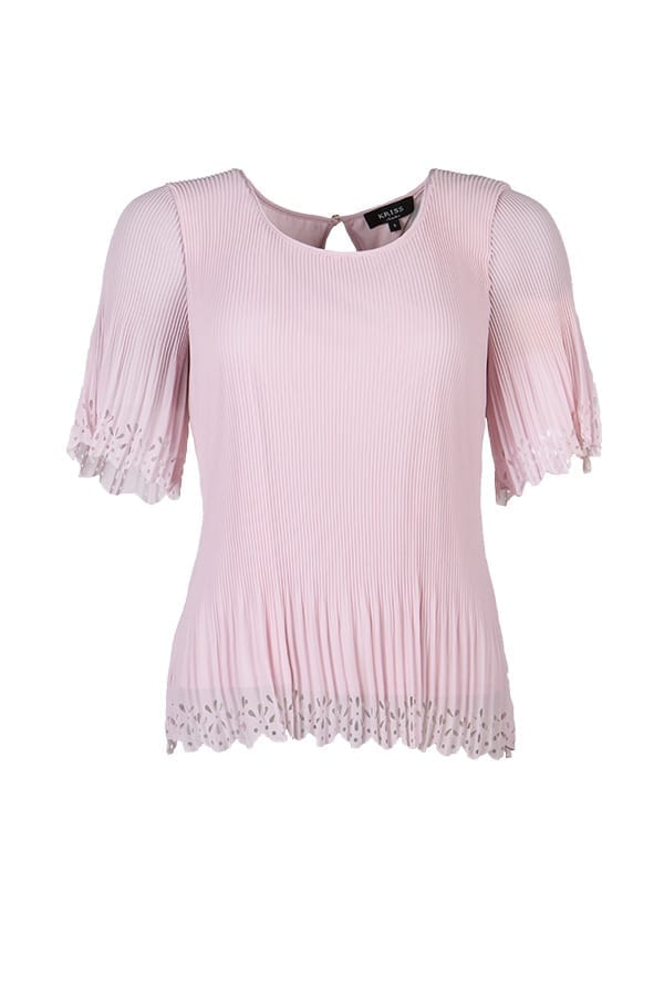 Blus Anne ,en vacker plisserad blus i somrig modell med laserskuret bårdmönster på en rosa botten. Bårdmönster finns i nederkant på blusen och på ärmen.