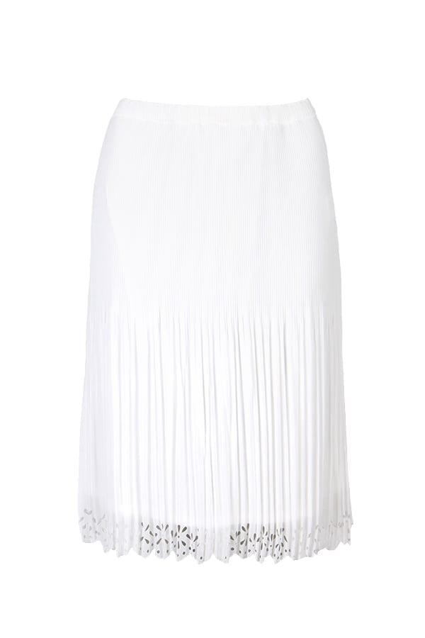 Kriss kjol Anne är en plisserad somrig kjol med laserskuret bårdmönster. Detta bårdmönster finns i nederkant på kjolen och är en vacker detalj.