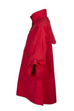 Kriss Kappa Signe | Härlig, röd vårkappa i generös passform med raglanärm och extra vidd i bakstycket. Dolt blixtlås med tryckknappar fram | kriss.eu