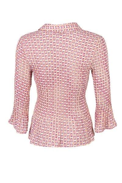 Blus Vero, en plisserad blus med småmönstrat print i rosa och guld. Blusen har en riktig skjortkrage och knäpps med små knappar.