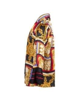 Blus Sally Lyxig blus med knytband och ett guldigt print i färgerna svart, beige och rött. Blusen är rak och har en knäppkant med diskreta knappar.