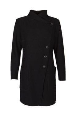 Kriss Sweden | Lång Jacka Henrietta | Lång smidig jacka i kokt ull, figursydd i passformen med en stor krage vid halsringningen | kriss.eu