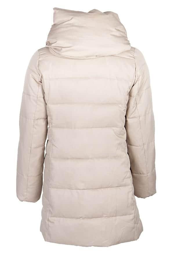 Kriss Sweden | Jacka Vida | Snygg täckjacka i längre variant med skön krage och kapuchong, dolda fickor, fluffig fuskdun-stoppning och mjukt foder.