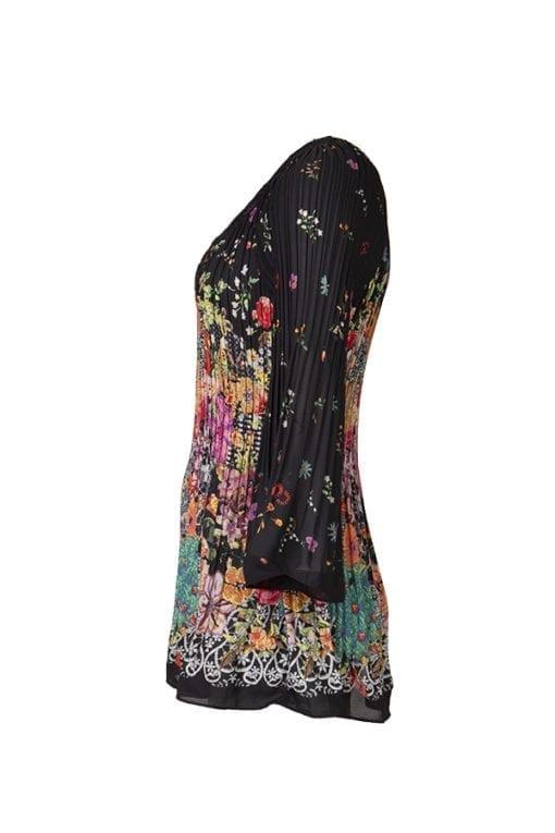 Kriss Sweden | Blus Lilly | Plisserad blus med färgglatt blommönster på en svart botten | Shoppa svensk design på kriss.eu