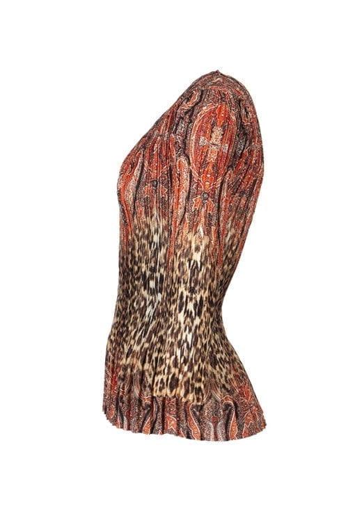 Topp Linora Plisserad topp i läckert print med leopardinslag på en matt kvalitet.
