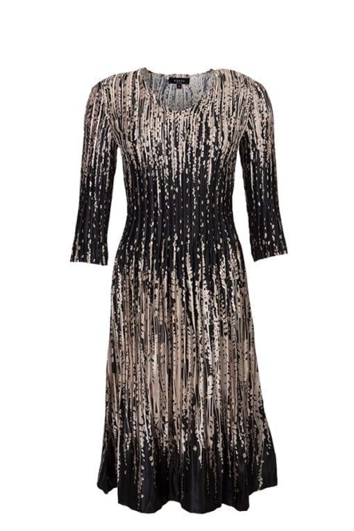 Klänning Polly Omtyckt klänning i sobert höstprint med svarta partier på smickrande delar.